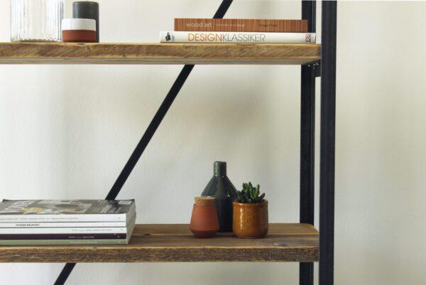 Nachhaltiges Regal aus Altholz und Rohstahl