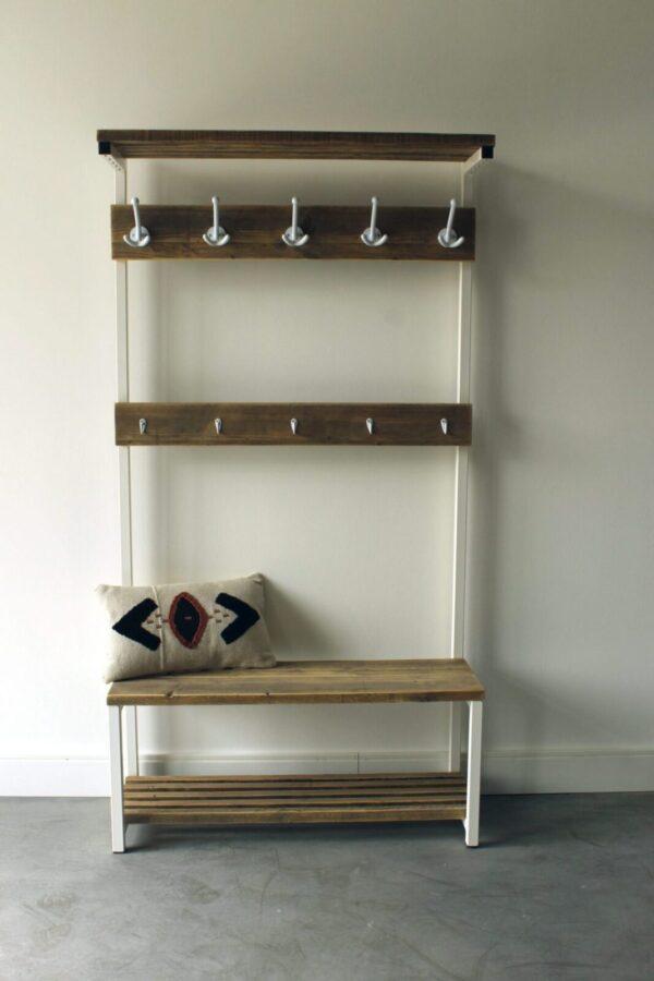 Nachhaltige Garderobe aus Altholz und weißem Stahl