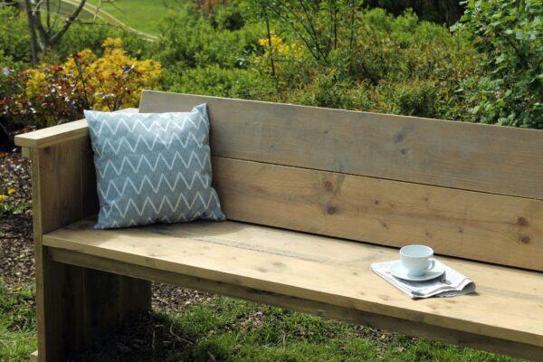 Nachhaltige Gartenbank aus Altholz