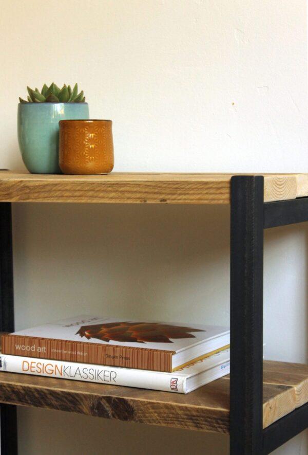 Nachhaltiges Regal aus Altholz und Stahl