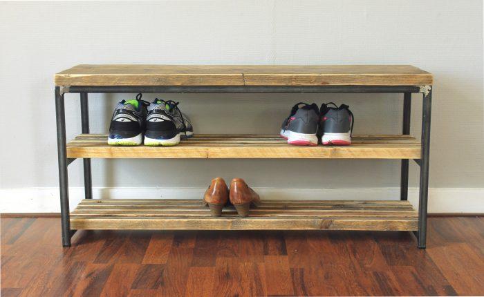 Nachhaltiges Schuhregal aus Altholz und Rohstahl