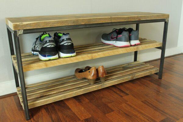 Schuhregal aus Altholz und Rohstahl