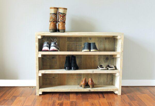 Nachhaltiges Schuhregal aus Altholz