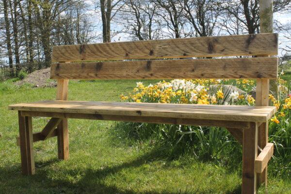 Bank aus nachhaltigem Altholz für den Garten