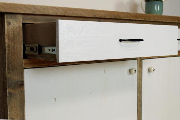 nachhaltiges Sideboard mit weißen Türen aus Altholz