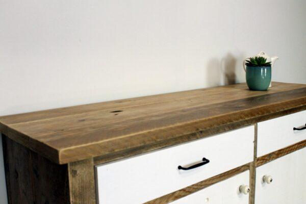 Sideboard mit weißen Türen aus nachhaltigem Holz