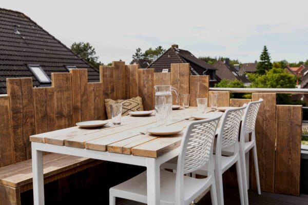 Nachhaltiger Gartentisch aus Altholz mit Stahlbeinen im industriellen stil
