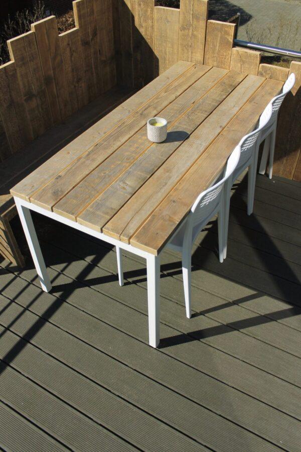 Nachhaltiger Gartentisch aus Altholz mit Stahlbeinen
