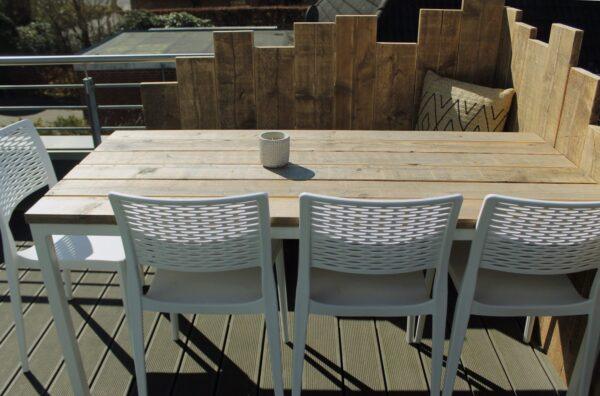 Gartentisch aus Altholz mit Stahlbeinen