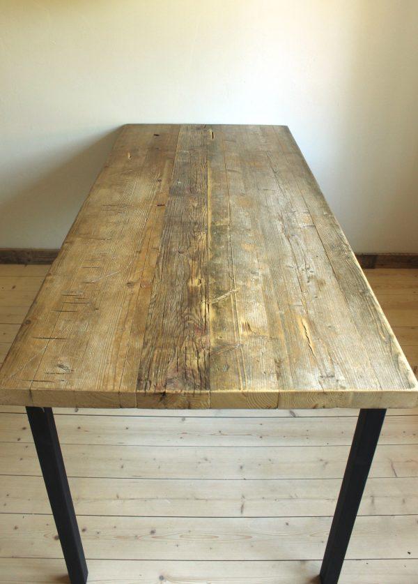 Nachhaltiger Esstisch aus Altholz und Rohstahl