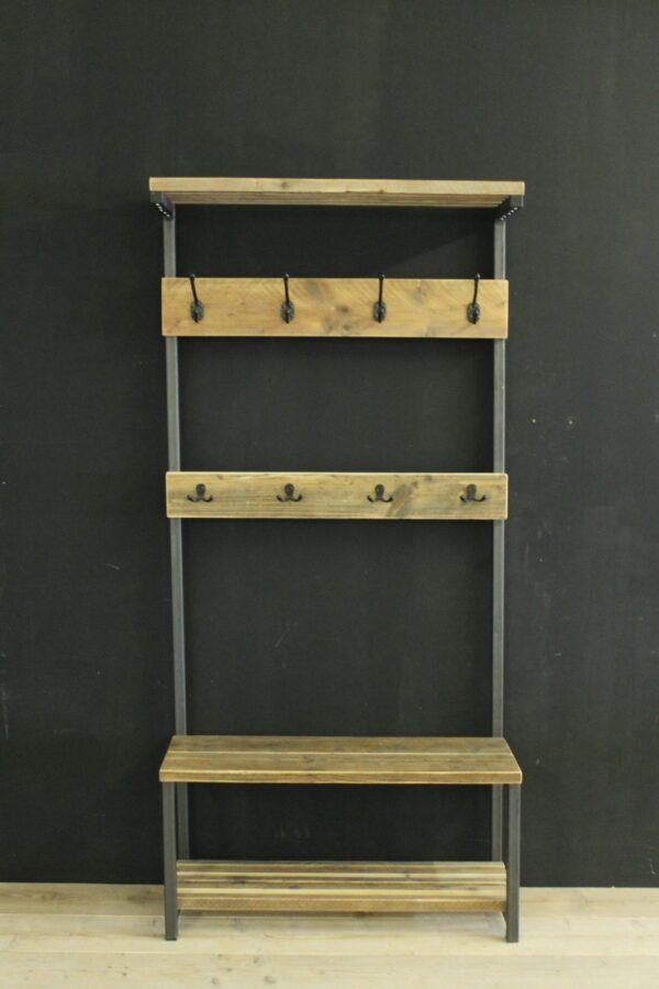 Garderobe aus Altholz und Stahl