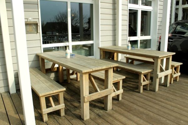 Nachhaltiger Gartentisch aus Altholz