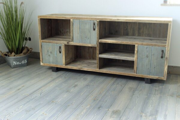 Sideboard aus Altholz mit blauen Türen