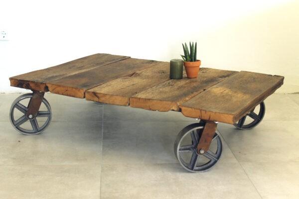 Rustikaler Eichenholztisch auf Rollen