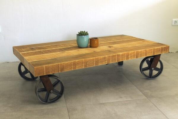 Holztisch auf Rollen