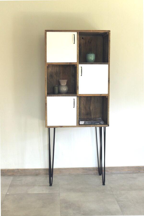 Bücherregal aus Altholz mit Türen
