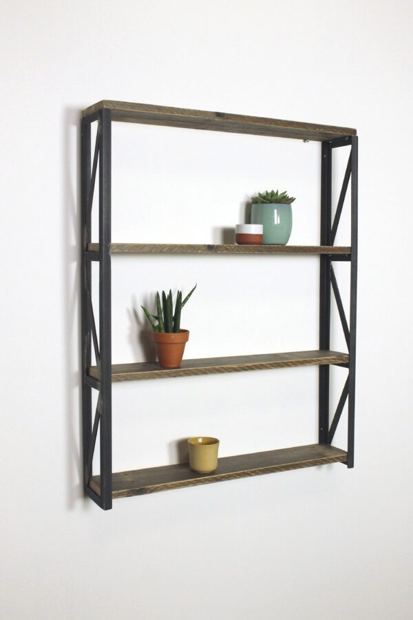 Wandregal aus Altholz und Stahl im indutriellem Stil