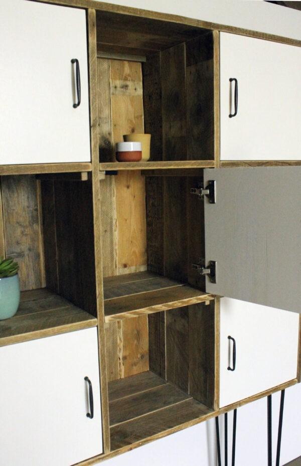 Bücherregal aus Altholz im industriellen Stil
